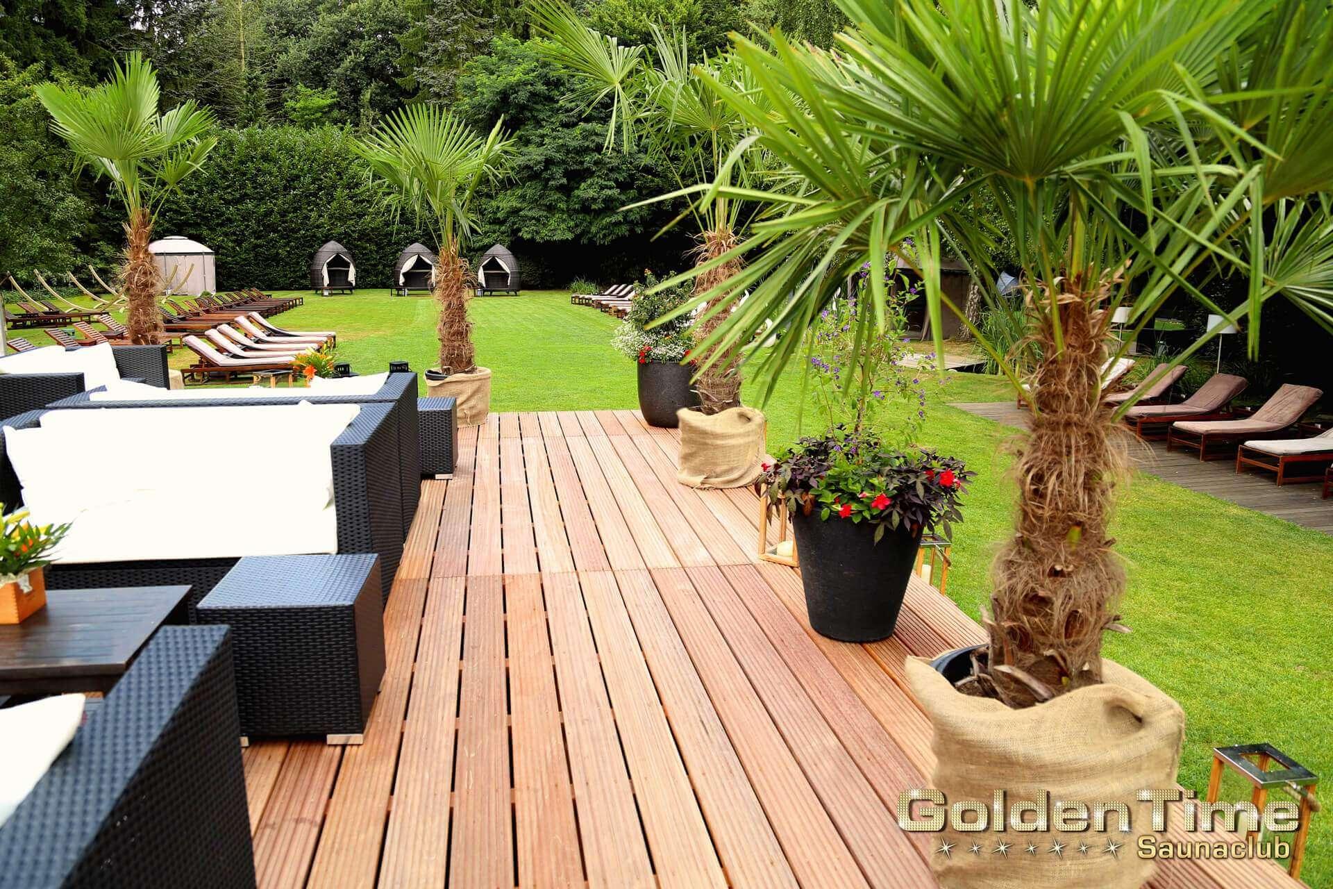01-terrasse-wellnessbereich-pic-01-goldentime.saunaclub.jpg